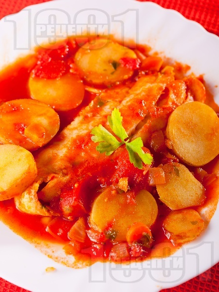 Яхния от бяла риба хек с картофи в доматен сос от консерва - снимка на рецептата